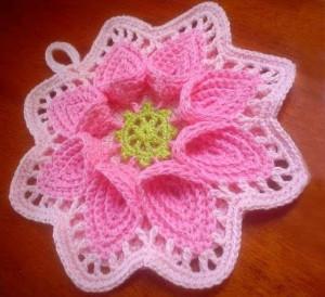 Розовый вязаный пион